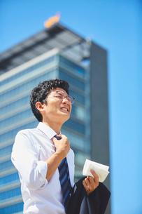 炎天下で熱中症気味のサラリーマンの写真素材 [FYI03815950]