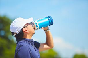 炎天下で水分補給をする作業員の写真素材 [FYI03815951]