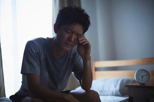 熱帯夜で寝付けず寝不足の男性の写真素材 [FYI03815973]