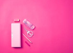 ピンクの天板の上に置かれた学童用品の写真素材 [FYI03815983]