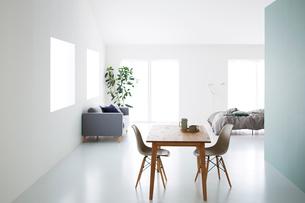 広々とした白いワンルームの写真素材 [FYI03815992]