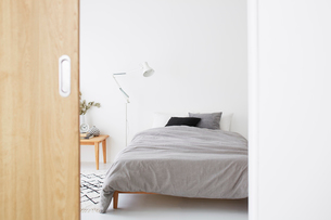 白い空間の寝室の写真素材 [FYI03816002]