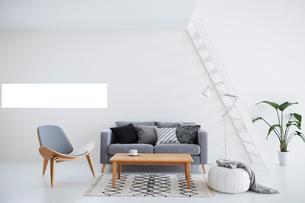 白い壁と白い床の空間にあるリビングルームの写真素材 [FYI03816011]