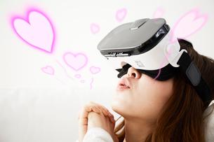 VRゴーグルをつけている女性の写真素材 [FYI03816014]