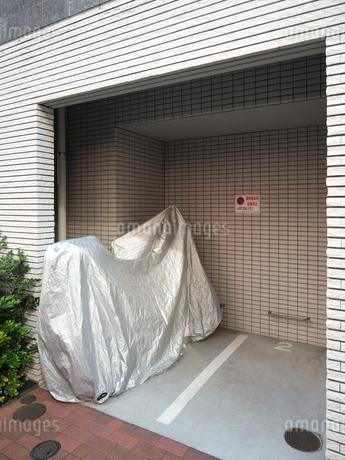 マンションのバイク用駐輪場の写真素材 [FYI03816089]
