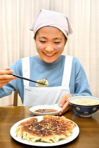 餃子を食べる女の子の写真素材 [FYI03816167]