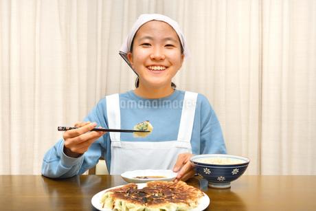 餃子を食べる女の子の写真素材 [FYI03816169]