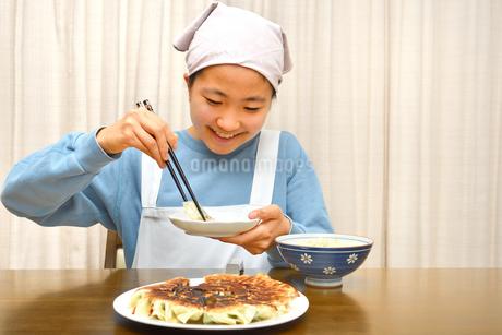 餃子を食べる女の子の写真素材 [FYI03816171]