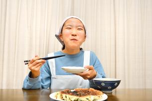 餃子を食べる女の子の写真素材 [FYI03816173]