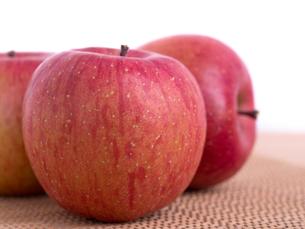 リンゴ フジの写真素材 [FYI03816178]