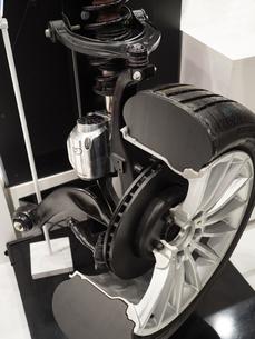 自動車部品 サスペンションのカットモデルの写真素材 [FYI03816273]