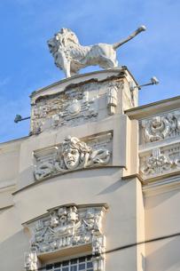 ラトビア・首都リガ新市街にある19世紀から20世紀初頭にかけてヨーロッパを中心に作られた優雅なデザインのアール・ヌーヴォー様式の建築のライオンの像の写真素材 [FYI03816306]