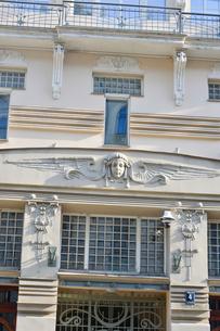 ラトビア・首都リガ新市街にある19世紀から20世紀初頭にかけてヨーロッパを中心に作られた優雅なデザインのアール・ヌーヴォー様式の建築の写真素材 [FYI03816309]