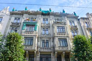 ラトビア・首都リガ新市街にある19世紀から20世紀初頭にかけてヨーロッパを中心に作られた優雅なデザインのアール・ヌーヴォー様式の建築の写真素材 [FYI03816313]