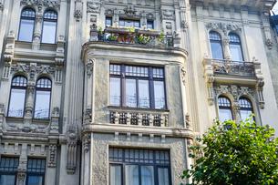 ラトビア・首都リガ新市街にある19世紀から20世紀初頭にかけてヨーロッパを中心に作られた優雅なデザインのアール・ヌーヴォー様式の建築の写真素材 [FYI03816316]