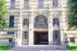 ラトビア・首都リガ新市街にある19世紀から20世紀初頭にかけてヨーロッパを中心に作られた優雅なデザインのアール・ヌーヴォー様式の建築の写真素材 [FYI03816318]