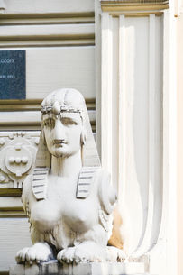 ラトビア・首都リガ新市街にある19世紀から20世紀初頭にかけてヨーロッパを中心に作られた優雅なデザインのアール・ヌーヴォー様式の建築の台座の像の写真素材 [FYI03816319]