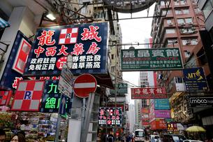 香港・旺角(モンコック/Mong Kok)の通菜街(通称金魚街)の道にせり出した看板。香港名物だったが台風などで落下して危険なので最近は減ったの写真素材 [FYI03816418]