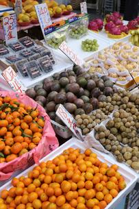 香港・旺角(モンコック/Mong Kok)の市場で売られる、ミカン、ドラゴンフルーツなどの果物。日本、タイ、米国など、世界中から輸入されているの写真素材 [FYI03816755]
