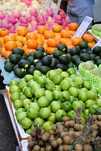 香港・旺角(モンコック/Mong Kok)の市場で売られるリンゴ、カキなどの果物。日本、タイ、米国など、世界中から輸入されているの写真素材 [FYI03816757]