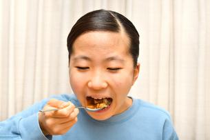 カレーライスを食べる女の子の写真素材 [FYI03816849]