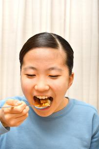 カレーライスを食べる女の子の写真素材 [FYI03816850]