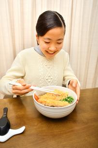 年越しそばを食べる女の子(大晦日)の写真素材 [FYI03817002]