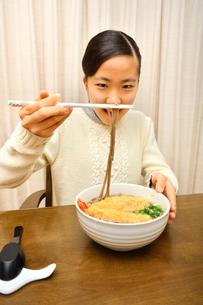 年越しそばを食べる女の子(大晦日)の写真素材 [FYI03817003]