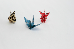 和紙の折り鶴3羽の写真素材 [FYI03817058]
