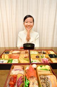 おせち料理を食べる女の子(正月)の写真素材 [FYI03817206]