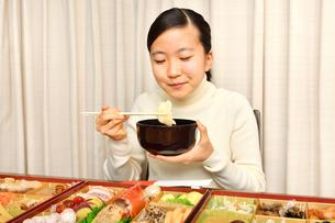 おせち料理を食べる女の子(正月)の写真素材 [FYI03817210]