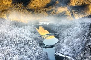 道の駅尾瀬街道みしま宿 キハ40走る雪景色の写真素材 [FYI03817216]