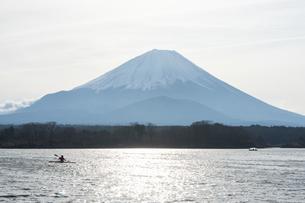 富士五湖にて撮影、カヌーと富士山の景色の写真素材 [FYI03817413]