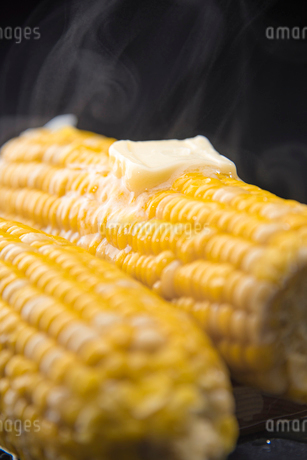 Boiled sweet corn and melted butterの写真素材 [FYI03817473]