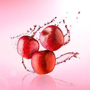 Red apples with water splash. Background, refreshing.の写真素材 [FYI03817474]