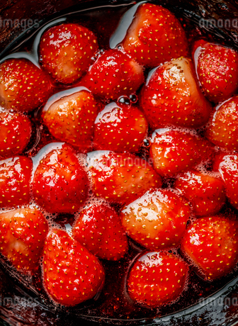 Making strawberry jam. Making jam into fresh strawberry.の写真素材 [FYI03817483]