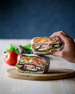 Deli sandwich with bacon,eggs,tomato and saladの写真素材 [FYI03817488]