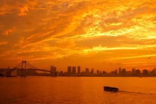 東京港の夕焼けの写真素材 [FYI03817544]