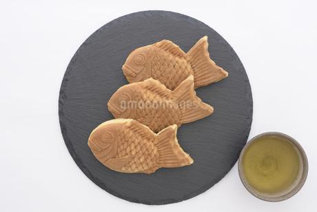 石皿の上にたい焼きと緑茶の写真素材 [FYI03817905]