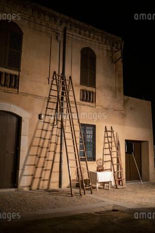 古い建物の上に立てかけられた二つの古い梯子の写真素材 [FYI03817927]