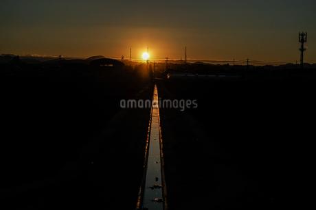 用水路と夕暮れの写真素材 [FYI03817941]