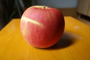 テーブルの上のりんごの写真素材 [FYI03818036]