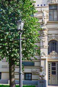 ラトビア・首都リガ新市街にある19世紀から20世紀初頭にかけてヨーロッパを中心に作られた優雅なデザインのアール・ヌーヴォー様式の建築の写真素材 [FYI03818053]