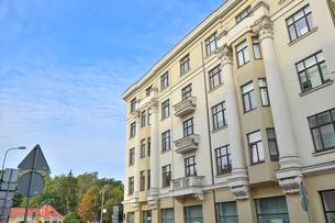 ラトビア・首都リガ新市街にある道路標識と19世紀から20世紀初頭にかけてヨーロッパを中心に作られた優雅なデザインのアール・ヌーヴォー様式の建築の写真素材 [FYI03818082]