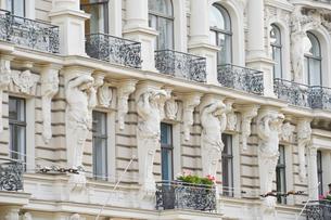 ラトビア・首都リガ新市街にある19世紀から20世紀初頭にかけてヨーロッパを中心に作られた優雅なデザインのアール・ヌーヴォー様式の建築の写真素材 [FYI03818088]
