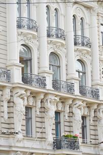 ラトビア・首都リガ新市街にある19世紀から20世紀初頭にかけてヨーロッパを中心に作られた優雅なデザインのアール・ヌーヴォー様式の建築の写真素材 [FYI03818089]