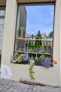 ラトビア・首都リガ新市街の花で飾られた道路わきの窓辺の写真素材 [FYI03818147]