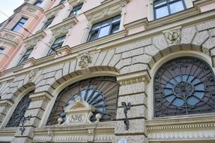 ラトビア・首都リガ新市街にある19世紀から20世紀初頭にかけてヨーロッパを中心に作られた優雅なデザインのアール・ヌーヴォー様式の建築の彫刻の写真素材 [FYI03818148]