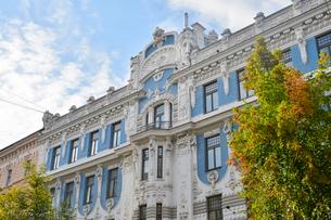 ラトビア・首都リガ新市街にある19世紀から20世紀初頭にかけてヨーロッパを中心に作られた優雅なデザインのアール・ヌーヴォー様式の建築の写真素材 [FYI03818160]