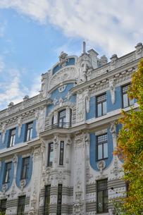 ラトビア・首都リガ新市街にある19世紀から20世紀初頭にかけてヨーロッパを中心に作られた優雅なデザインのアール・ヌーヴォー様式の建築の写真素材 [FYI03818161]